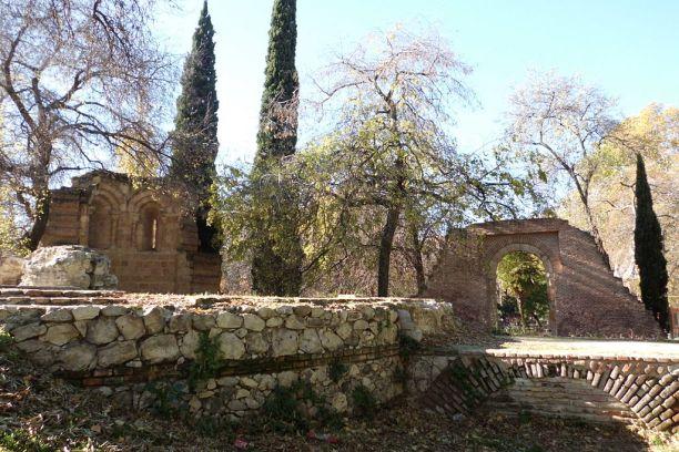 1024px-13_madrid_el_retiro_ruinas_ermita_romanica_lou